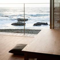 【海辺の食卓】波打ち際の桟敷席でお食事をどうぞ。