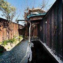 24時間ご利用できる離れの露天風呂。徒歩1分の場所に場所にございます。