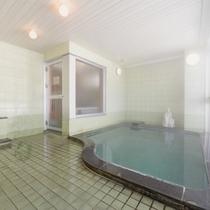 """*中浴場/体の芯まで温まる""""池の平温泉""""は、単純硫黄泉の泉質。ゆっくり湯船に浸かる贅沢なひと時を。"""