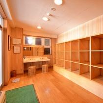 *脱衣処(大浴場)/必要最低限の設備が整った脱衣スペース。