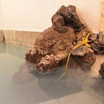 *女湯/惜しみなく溢れる草津温泉。ほんのり薫る硫黄の香りも天然温泉だからこそ。