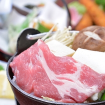 *お夕食一例/牛肉の脂の旨みが口一杯に広がる美味しさ。お野菜たっぷりのすき焼きで至福のひと時を。