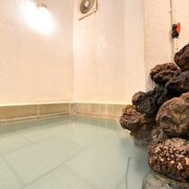 *男湯/惜しみなく溢れる草津温泉。ほんのり薫る硫黄の香りも天然温泉だからこそ。