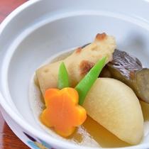 *お夕食一例/ことことじっくり煮込む、やさしい味わいの煮物。風味豊かな和風だしが決めて◎