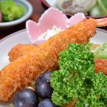 *お夕食一例/カラッと揚がった海老フライ。もちろん、炊き立ての白飯によく合う一品です。