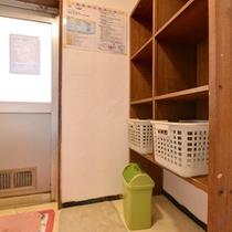 *貸切風呂(小)/必要最低限の設備が整った脱衣スペース。