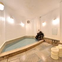*男湯/湯量豊富な天然温泉。治癒力に優れた温泉で明日への鋭気を養いましょう。