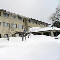 冬のホテル裏外観