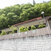 *【大浴場/仙人の湯】南アルプスの山々をバックに建つ、解放感いっぱいの大浴場。