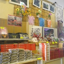 *【館内/売店】売店コーナーにはお部屋のお茶請けやお土産品がずらり。