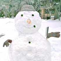 *【雪だるま】雪かきの合間に雪だるまを作ってみました。みなさまを笑顔でお迎えいたします♪