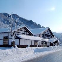 【外観】冬は真っ白の雪に覆われます。それはまた風情があるんですよ〜^^