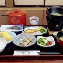 【朝食一例】焼き魚に出巻きにお味噌汁…起きたての身体に優しい素朴な朝食です。