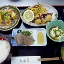 【健美ご膳一例】手作りコンニャクやお刺し身、固豆腐のステーキや小鉢等々…美味しい上にヘルシー♪