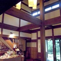 中央ホールの天井は吹き抜けになっていて開放感がございます。