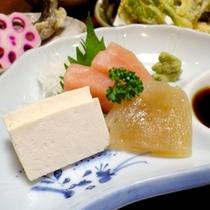 白山名物の固豆腐や手作りこんにゃくをお刺身で♪(夕食一例)