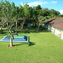 *【中庭】客室に面した中庭には、通年でご利用いただけるジャグジープールが備えてあります。