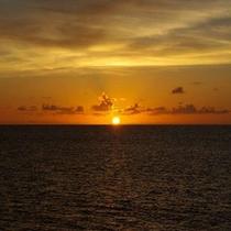 *地平線に沈む夕陽。ビルやガスなど遮るものが何も無い離島では、陽の色もよりクリアに感じられます。