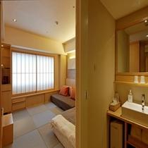 畳敷き&洗面所付きの3点分離バスルームの客室