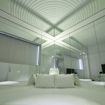 名水百選水の中で眠るような鏡張りの客室