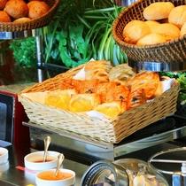 【朝食】豊富なパンセレクション