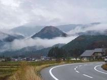 神鍋まで8キロ・・植村直己館近くの雨上がり