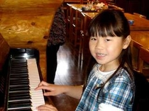 ピアノの練習の成果を聞かせてくれるかわいいお客さん