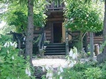 ほたる袋が咲く頃・ログの玄関
