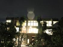 夜の今帰仁五邸の外観です。