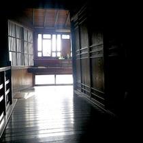 *館内/差し込む光に照らされた景色も絵になります。