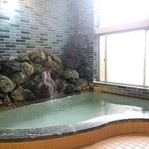 *内風呂/旅の疲れを、ゆとりのお風呂でお流しください。
