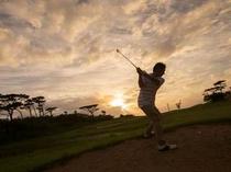 ゴルフ:美しいランドスケープに打ち込む開放感は格別。