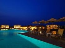 館内施設:ラグーンプール 月夜に浮かび上がる幻想的な大人のプール。