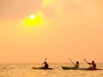 アクティビティ:夕暮れカヌー 海の上から眺める夕焼け