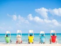 イルマーレビーチ:エメラルドグリーンの海を背に読書