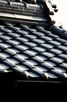 美しいコントラストを見せる瓦屋根