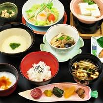 ○おなかに優しい、約20種もの食材を使用した野菜薬膳風料理。(料理一例)