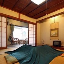 客室一例(ぼたん)天井は高く明るいお部屋です。窓を開けるとブナなどの雑木の坪庭が見下ろせます。