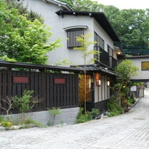 金田屋全景(初夏)6月頃ホタルが見ごろです。