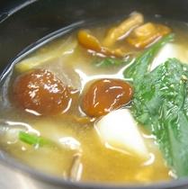 秋の「きのこたくさんお味噌汁」自家製金田味噌と地野菜をたっぷり入れ湧水で仕立てました。
