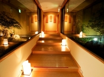 大浴場アプローチ夜