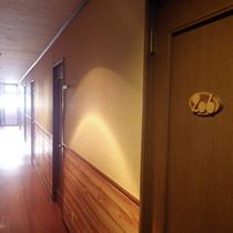 *【廊下】木の温もり溢れるアットホームな館内。