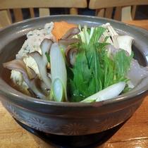 *【夕食一例】自家栽培の野菜やきのこ、お肉など具材のうまみが凝縮されたお鍋。