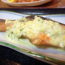 *【夕食一例】焼き鮭にソタルタルソースをかけて召し上がれ!