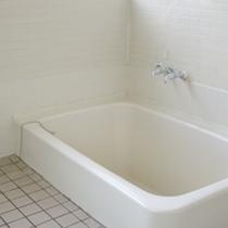 *貸切風呂/肩まで入れる大型浴槽で、お1人様でのご利用には十分な広さです。