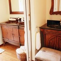 *【部屋/マルセイユ】パウダールームとトイレは、2ヶ所ずつ設けています。