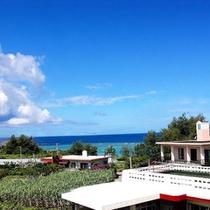*【風景】テラスからは紺碧の空と海を望むことができます。