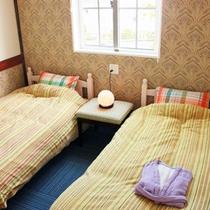 *【部屋/マルセイユ】フランス南部の港町をイメージした室内は、落ち着いた色調が印象的です。