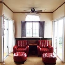 *【部屋/バレンシア】真っ赤なソファーのバックには、海が広がります。