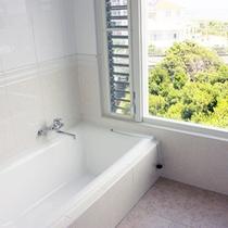 *【部屋/ナポリ】お風呂は海を眺めながらお入りいただけます。